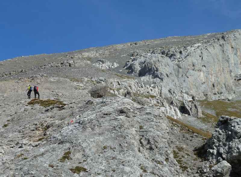 Der anspruchsvolle Anstieg zum Sonnjoch Gipfel:  Die kleinen Steine auf dem Felsen machen den Wanderweg rutschig