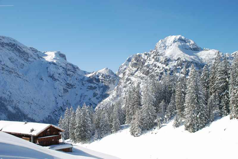 Und was kann man im Winterurlaub am Achensee machen? Mit Schneeschuhen im verschneiten Karwendel bei der Bärenbadalm