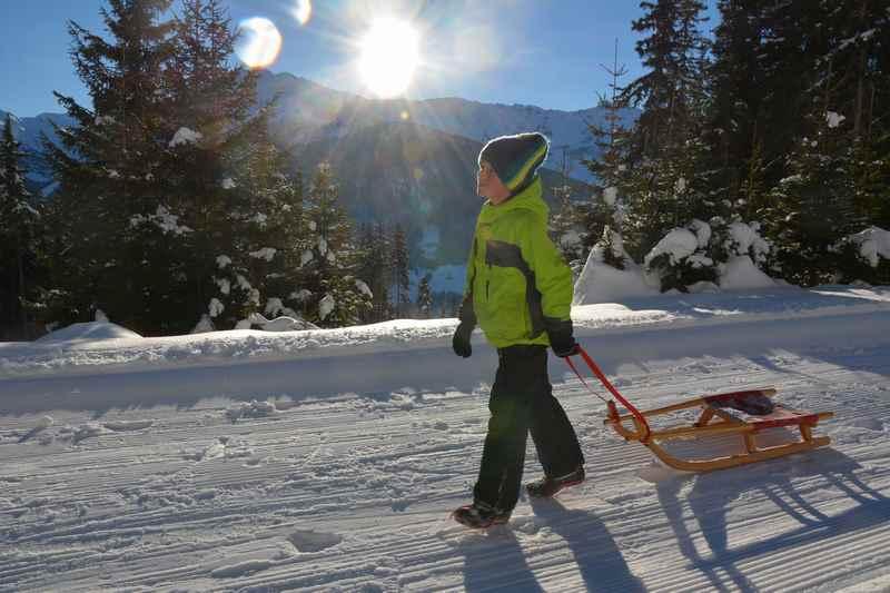 Im Karwendel rodeln - zuerst hinauf auf den Berg mit Schlitten oder Rodel winterwandern