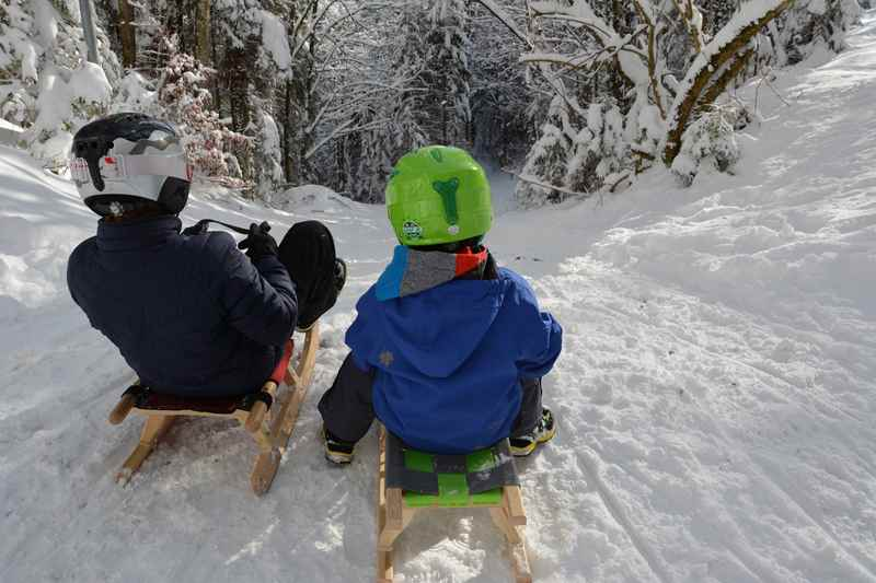 Schöne Erlebnisse im Familienurlaub. Rodeln mit Kindern auf den gespurten Rodelbahnen im Karwendelgebirge, geht auch mit Kleinkind im Winterurlaub