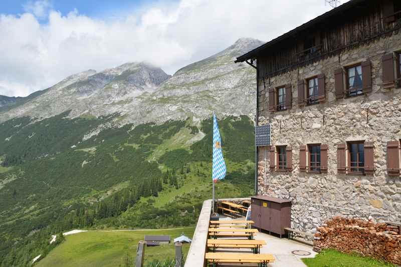 Eine der bekanntesten Hütten im Karwendel: Das Karwendelhaus, gut zum Mountainbiken auf der Karwendeltour