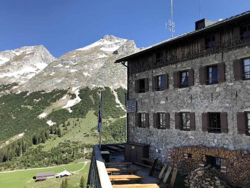 Nach der Bergtour den Ausblick auf der Hütte im Karwendel geniessen