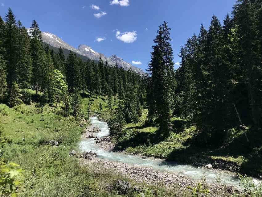 Das ist der Karwendelbach - er fließt neben dem MTB Weg