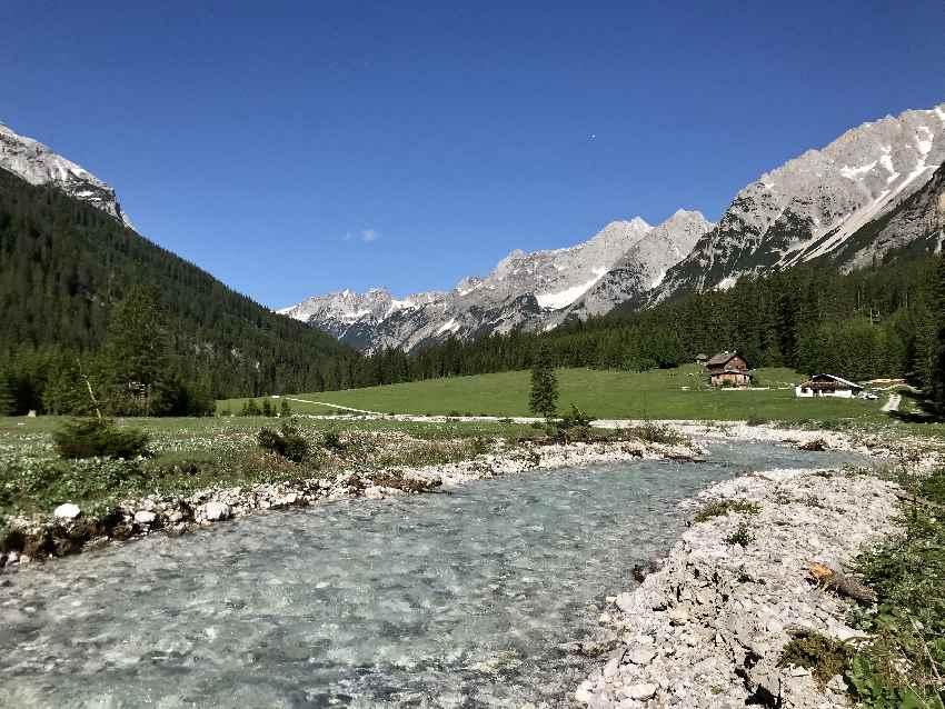 Der Karwendelbach mit den steinernen Riesen im Karwendelgebirge