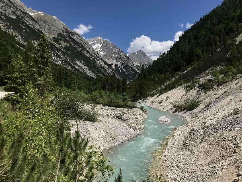 Dann geht es in die Sonne - im Karwendeltal entlang des türkisgrünen Karwendelbach!