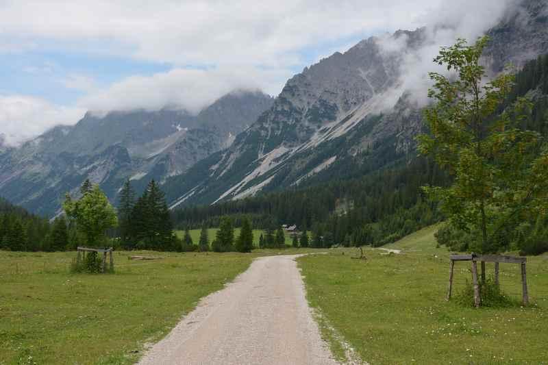 Der geschotterte Weg durch das Karwendeltal - ab Scharnitz ins Karwendel zum Karwendelhaus