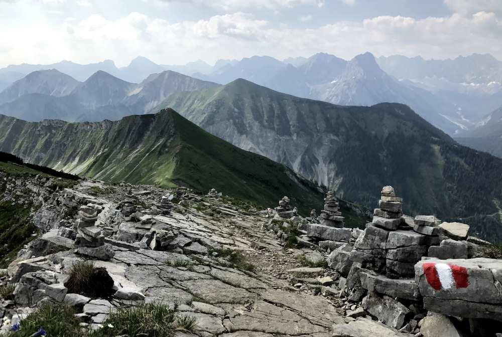 Von Vorderriss auf den Scharfreiter wandern mit Blick auf das Karwendel