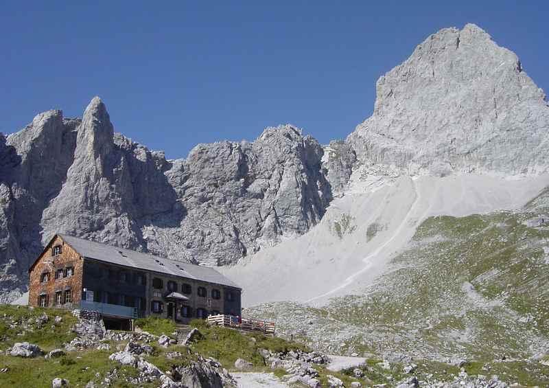 In 4 Tagen die Karwendeltour wandern und auf imposanten Hütten Station machen - hier die Lamsenjochhütte zwischen Wolfsklamm und Ahornboden