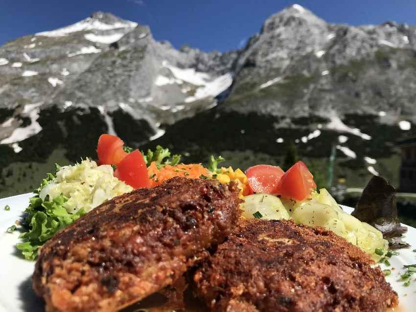 Die guten Kaspressknödel - serviert mit Karwendelblick