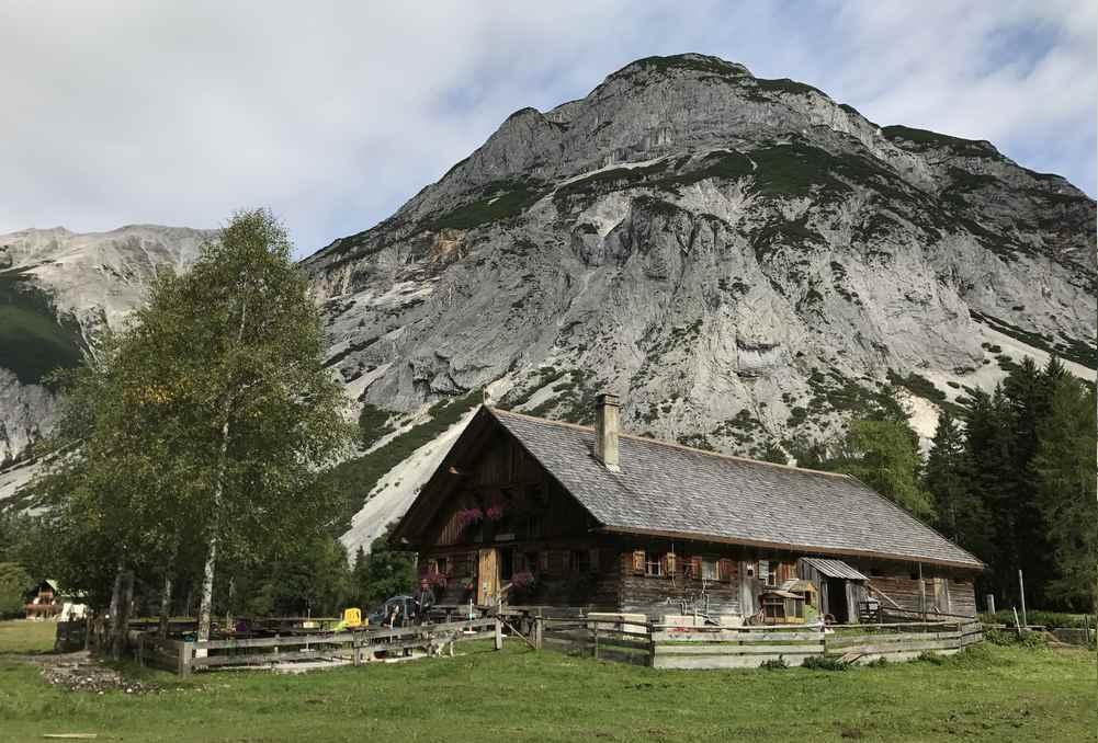 Die urige Kastenalm bietet im Sommer einen Ausschank mit Tiroler Küche, keine Übernachtungsmöglichkeiten