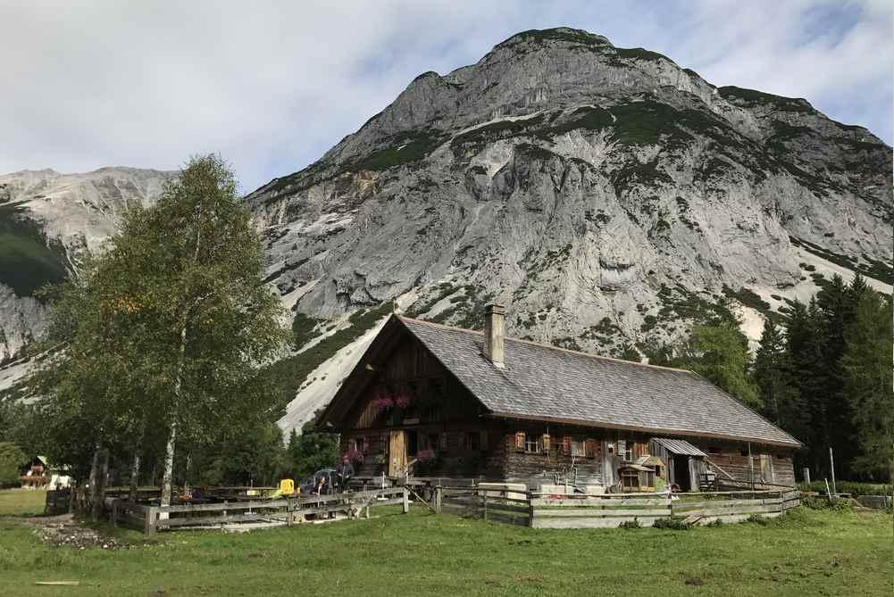 Die Kastenalm umgeben vom Karwendel, wunderschöne Lage auf einem Almboden