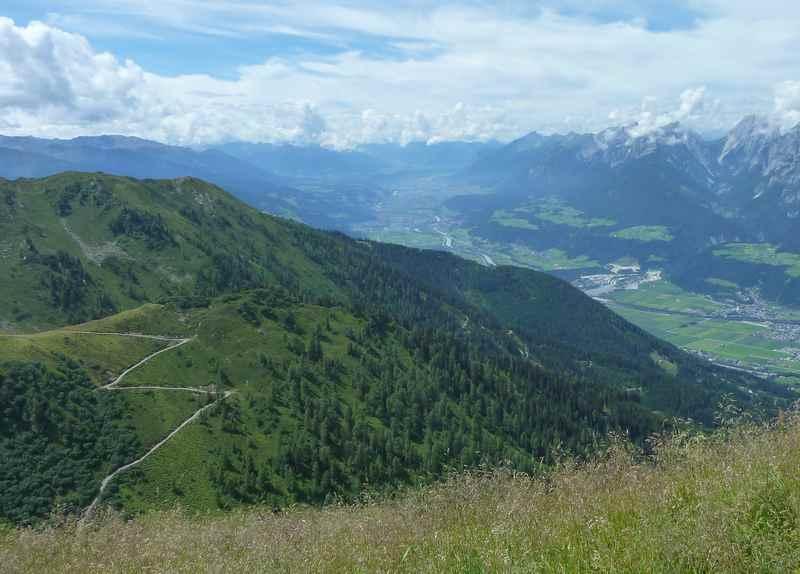Bei der Kellerjoch Bike and Hike Tour reicht der Blick bis nach Innsbruck samt Karwendel Nordkette
