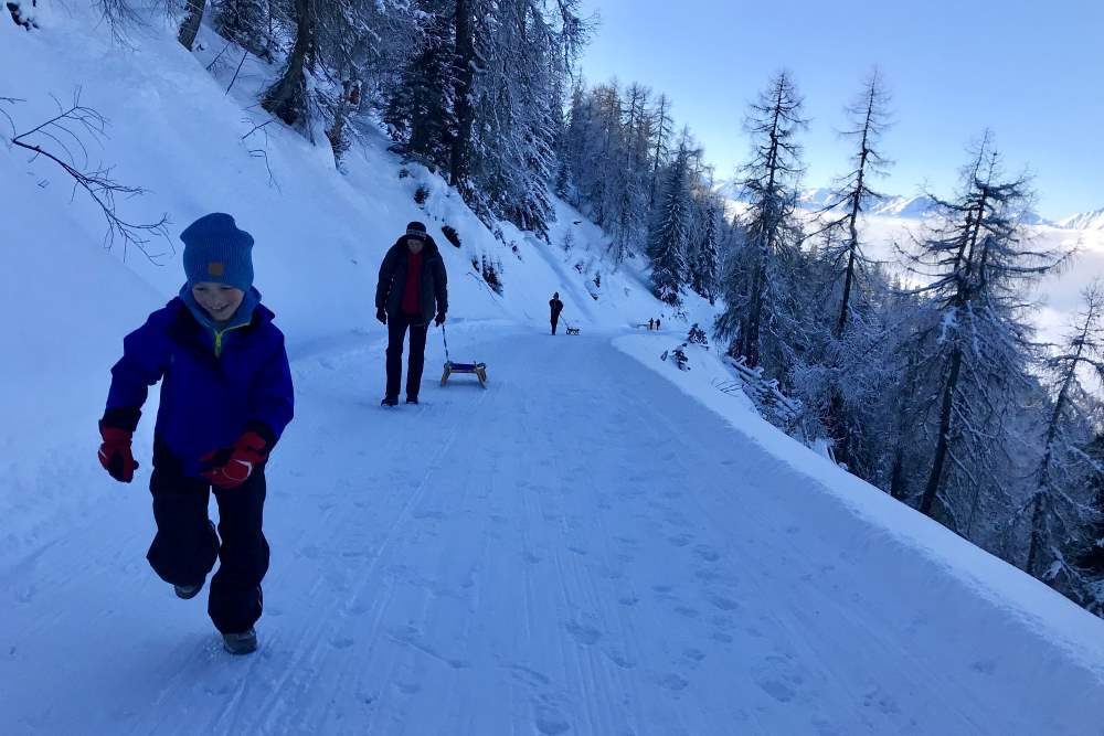 Die 9 Kilometer lange Rodelbahn am Kellerjoch, mit Blick zum Karwendel