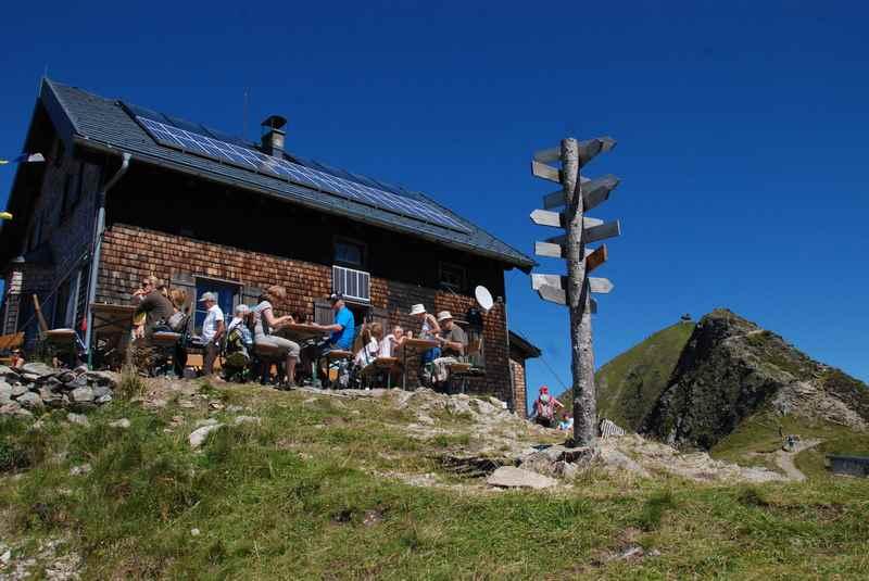 Die urige Kellerjochhütte in den Tuxer Alpen, auf dem Grat des Kellerjoch