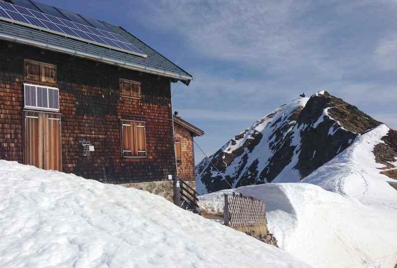 Am Kellerjoch schneeschuhwandern auf die Kellerjochhütte in den Tuxer Alpen
