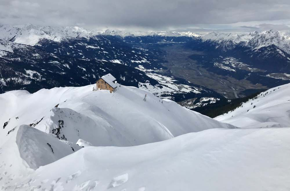 Kellerjoch Skitour: Auf dem Weg zur Kellerjochkapelle der Blick zurück auf die Kellerjochhütte, rechts das Karwendelgebirge