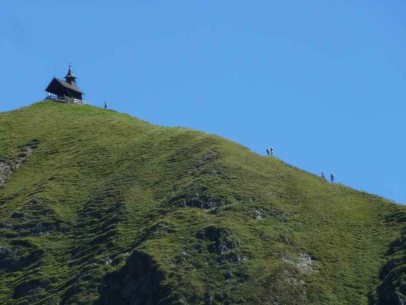 Die Kellerjochkapelle auf dem Gipfel - die Bergwanderung erfordert Trittsicherheit in den Tuxer Alpen
