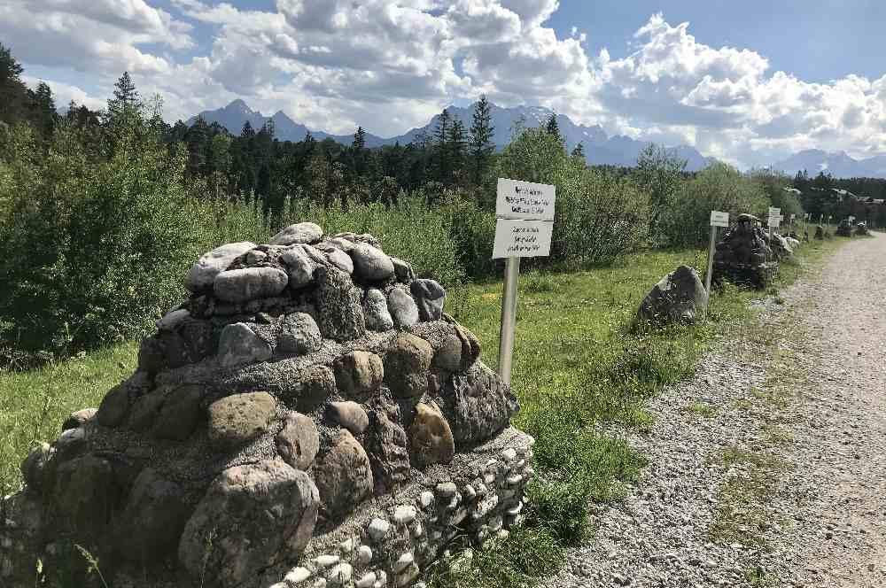 Isar Natur Erlebnisweg: Bei der Isarbrücke wanderst du nicht geradeaus am Kieselsteinlehrpfad weiter, sondern querst die Isar - über den Kieselsteinlehrpfad kommst du auf dem Rückweg