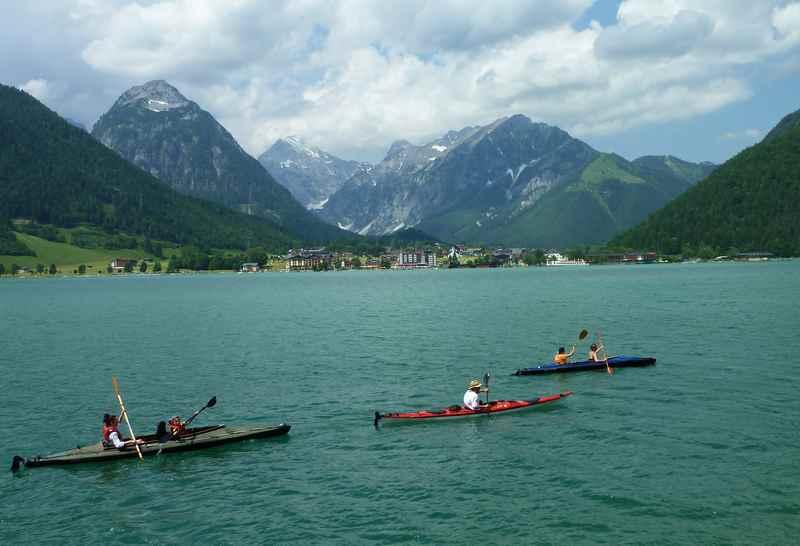 Kurzweilige Wanderung mit Kinderwagen am Achensee: Als nächstes treffen wir Paddler, hinten das Karwendel und Pertisau