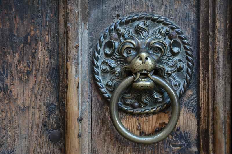 Die Klinke an der Außentüre der Maria Himmelfahrt Kirche in Schwaz