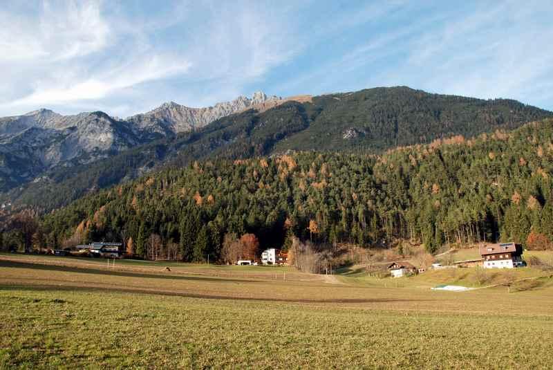 Der Klimaweg verläuft am Waldrand in Vomperberg, im Naturpark Karwendel