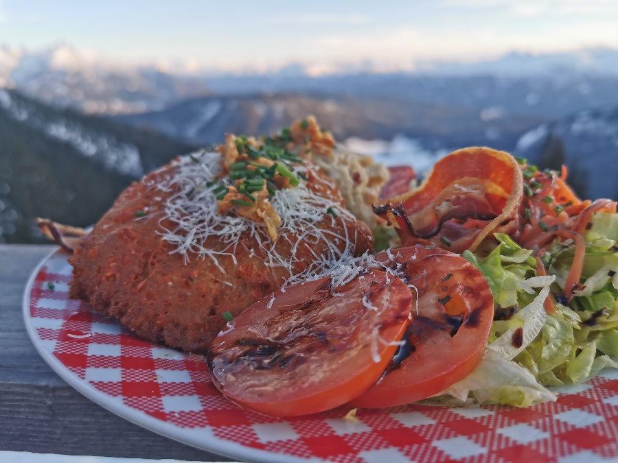 Die guten Knödel mit Salat auf der Wettersteinhütte