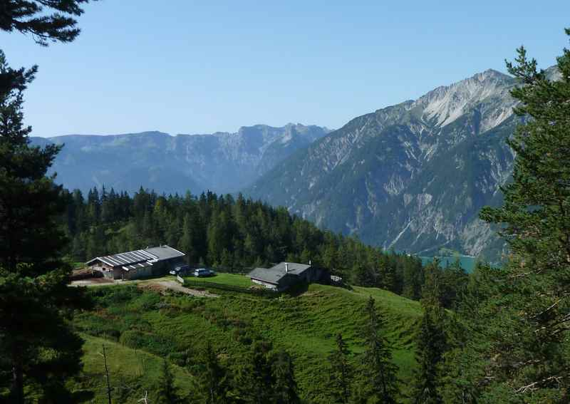 Blick auf die Köglalm mit dem Karwendel und unten der Achensee