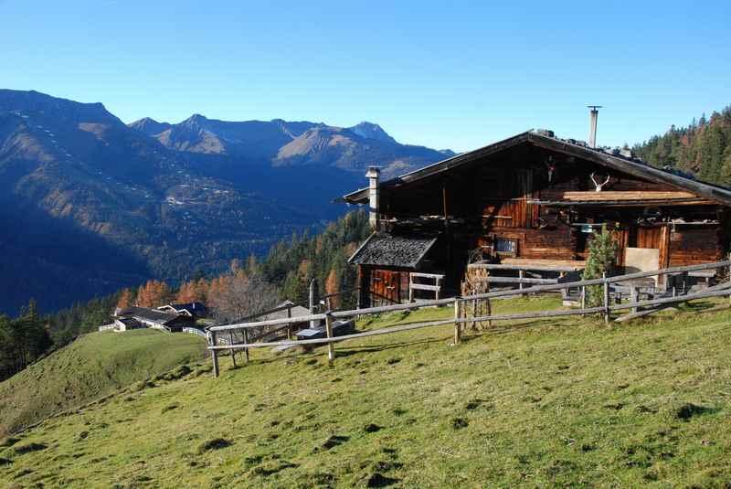 Auf die Köglalm wandern in Richtung Unnutz, schöner Blick nach Christlum im Karwendel
