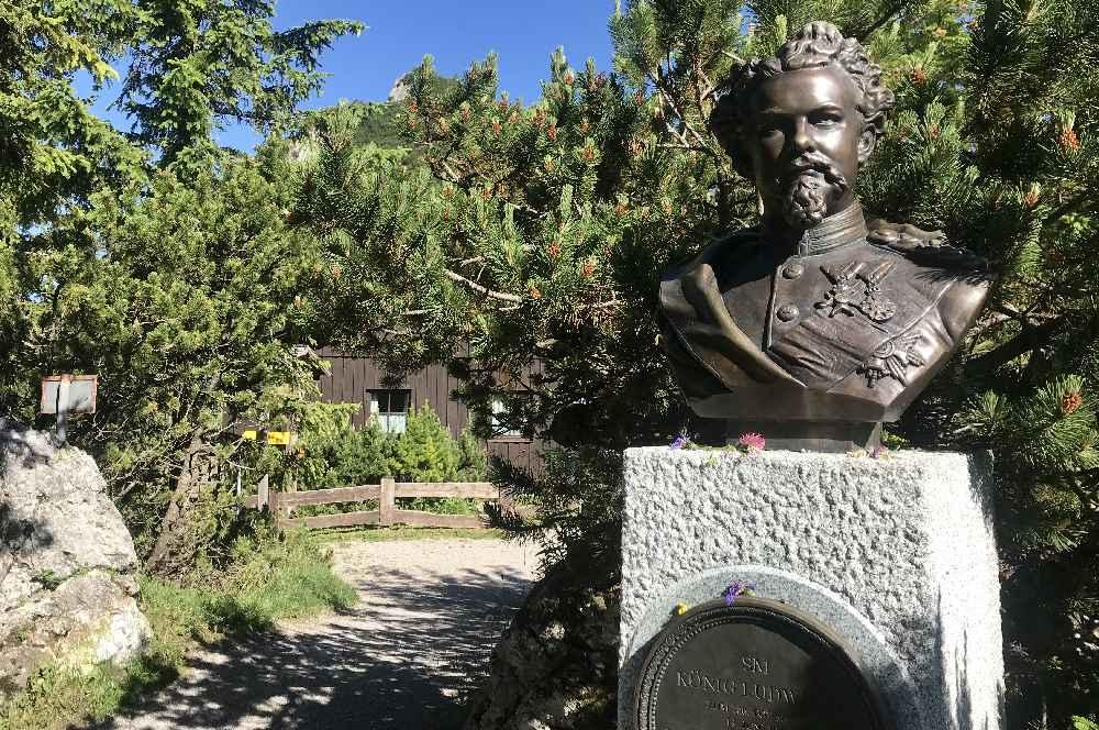 Vorbei am König Ludwig Denkmal beim Herzogstandhaus auf den Herzogstand