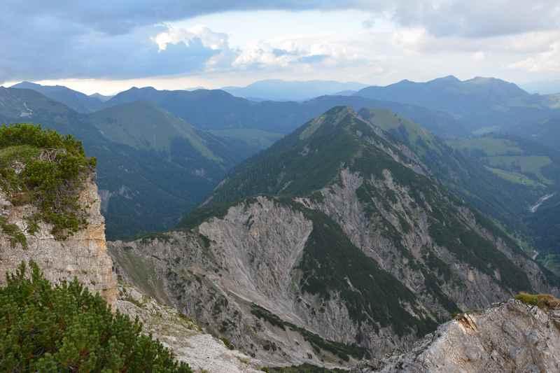 Auf dem Kompar Gipfel, Aussicht über das Karwendel in Richtung Bayern