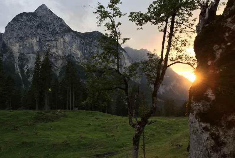 Schöner Sonnenuntergang im Hasental mit dem Karwendel