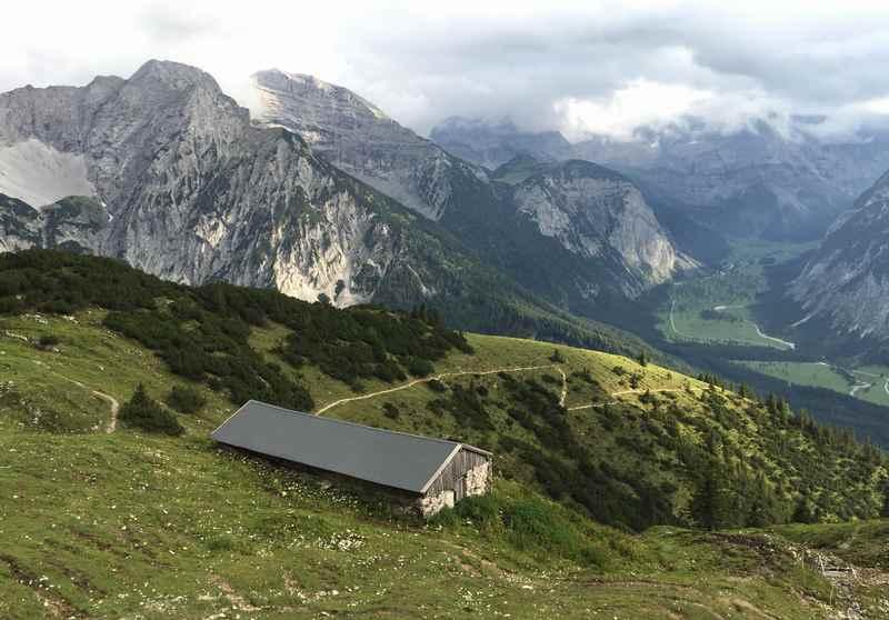Auf den Kompar wandern im Karwendel, unten der Ahornboden