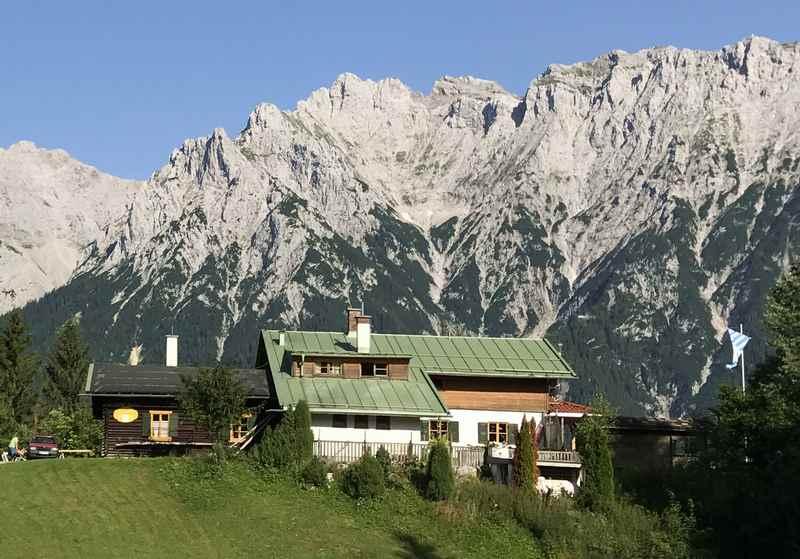 Das Panorama auf das Karwendel bei der Korbinianhütte - so siehst du es  auf der Sonnenterrasse der Korbinianhütte am Kranzberg, 1 Stunde ab  Mittenwald