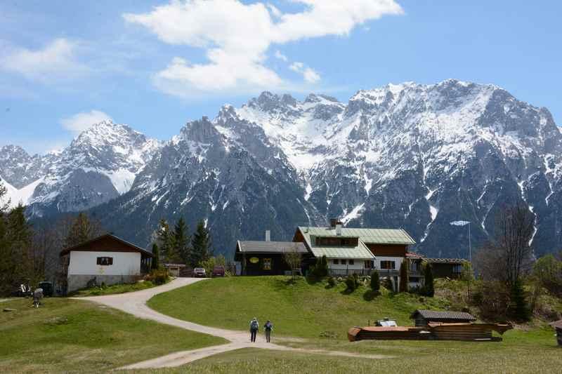 Die Korbinianhütte auf der Frühlingswanderung mit schneebedeckten Karwendel