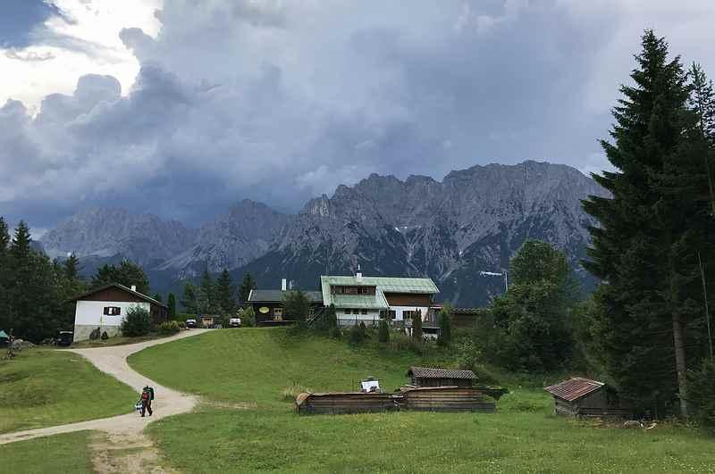 Ein tolles Zwischenziel beim Wandern am Kranzberg - die Korbinianhütte. Hinten das Karwendel.