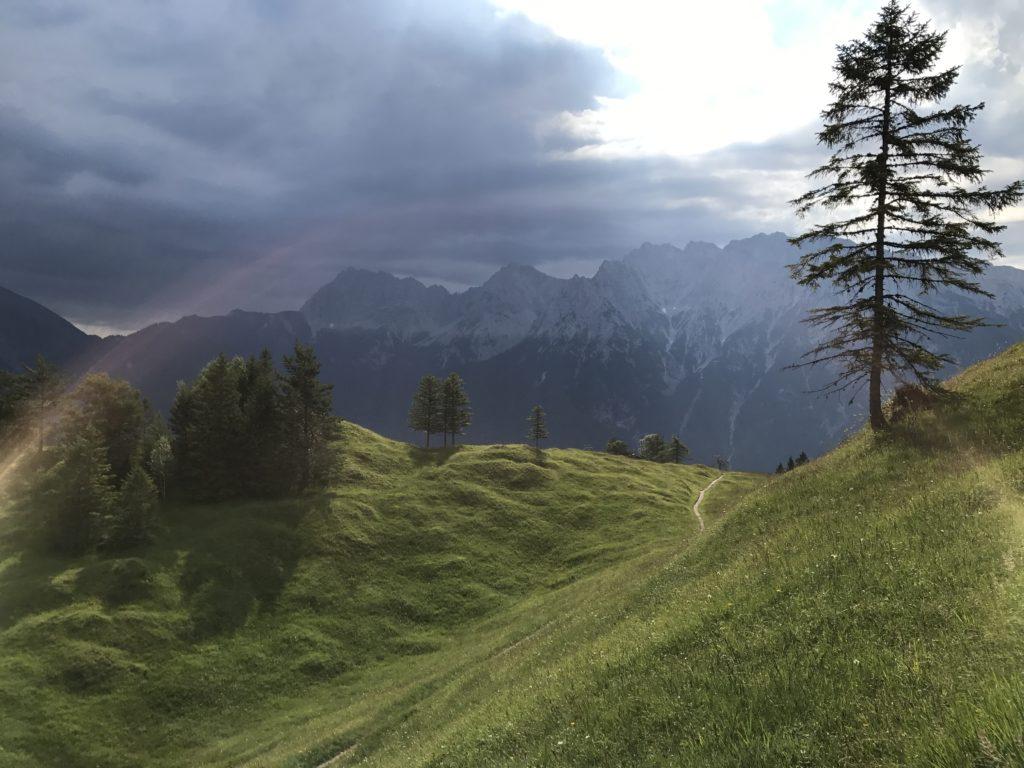 Stimmungsvoller Blick vom Kranzberg Mittenwald auf die Berge