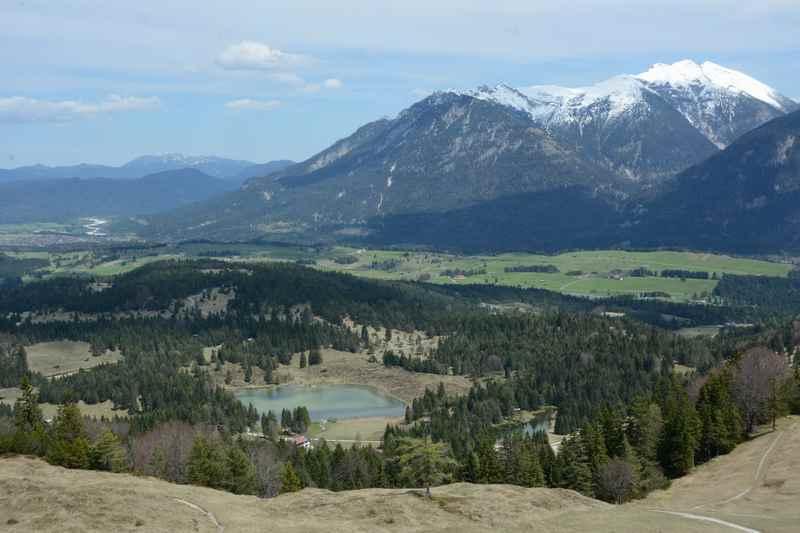 Die Aussicht vom Kranzberggipfel über das Isartal zum Karwendel