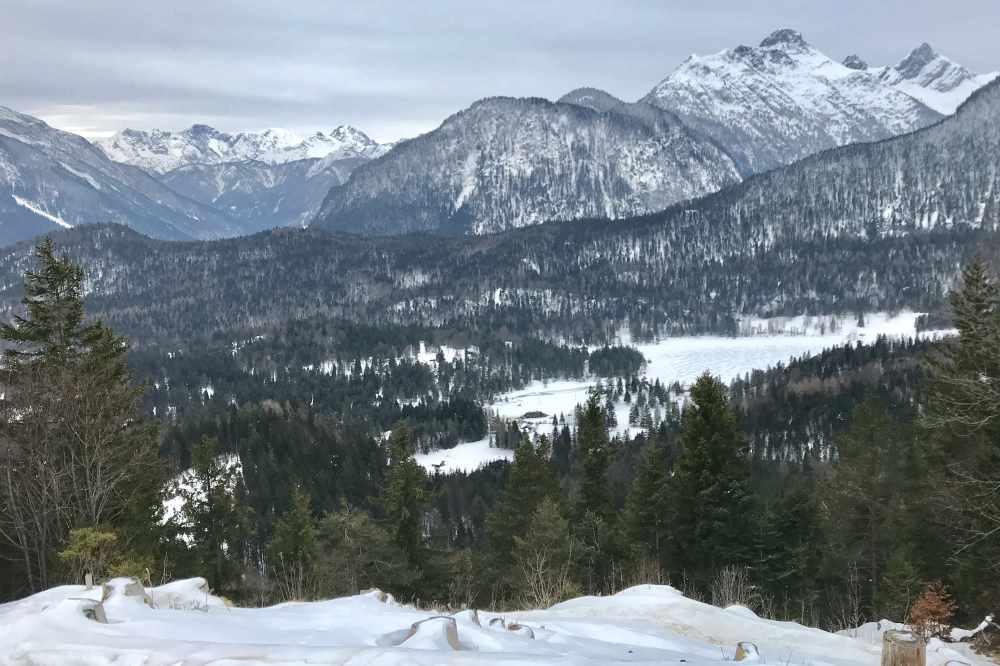 Vom Wandersteig kannst du diesen Blick auf den Lautersee und das Wettersteingebirge geniessen