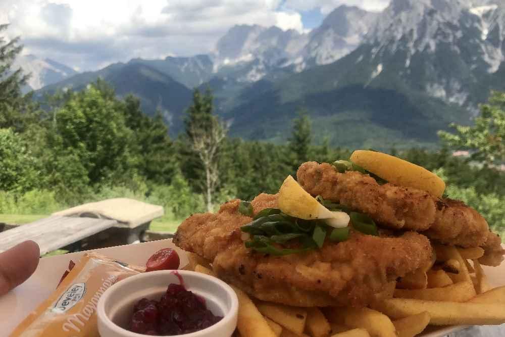 Das ist das Essen auf der Korbinianhütte mit Blick zum Karwendel