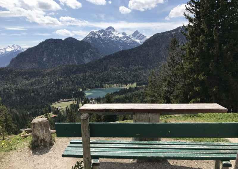 Der Ausblick hinter dem Gasthof St. Anton auf den Lautersee und das Karwendel