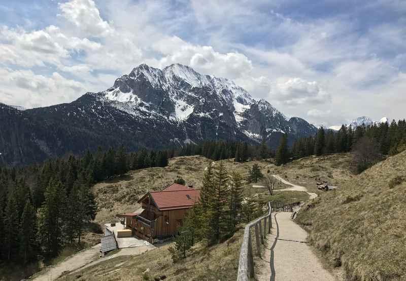 Auf den Kranzberg wandern im Frühling - mit Blick auf das Wettersteingebirge