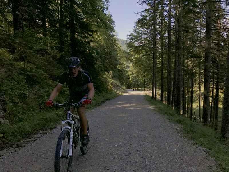 Von Krün auf der Fischbachstraße mountainbiken zur Fischbachalm
