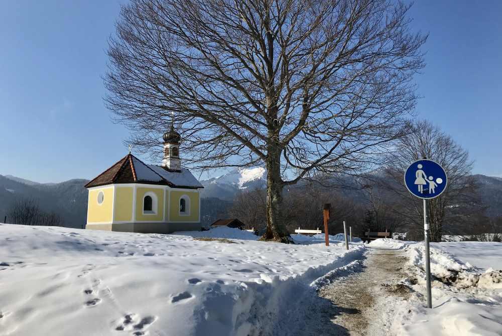 Die Maria-Rast-Kapelle liegt auf der Winterwanderung