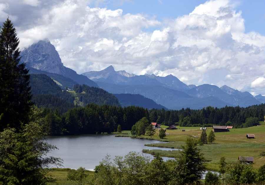 Die drei Seenwanderung in Krün - hier der Blick vom Wanderweg zum Geroldsee