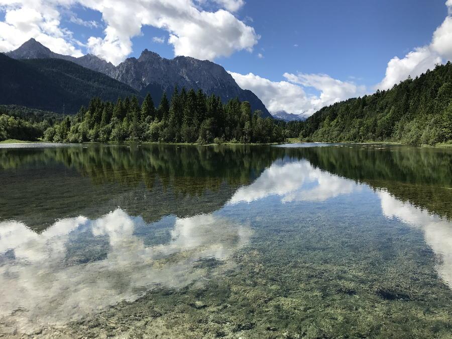 Krün wandern - so schön ist der Isarstausee mit Blick auf´s Karwendel