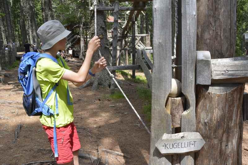 Zuerst wandern mit Kindern, danach in den Kugelwald: Ein Spielplatz am Berg mit riesigen Kugeln.