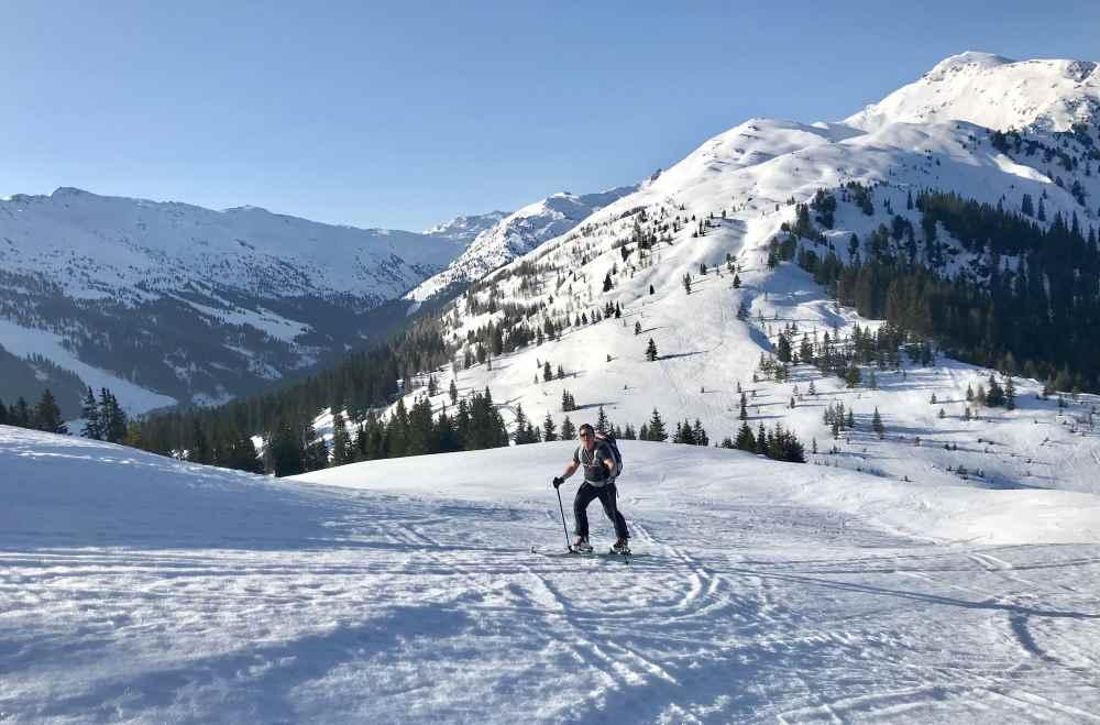 Kuhmesser Skitour: Von der Loas geht die Skitour hinauf, mit Blick zum Sonntagsköpfl und Gilfert