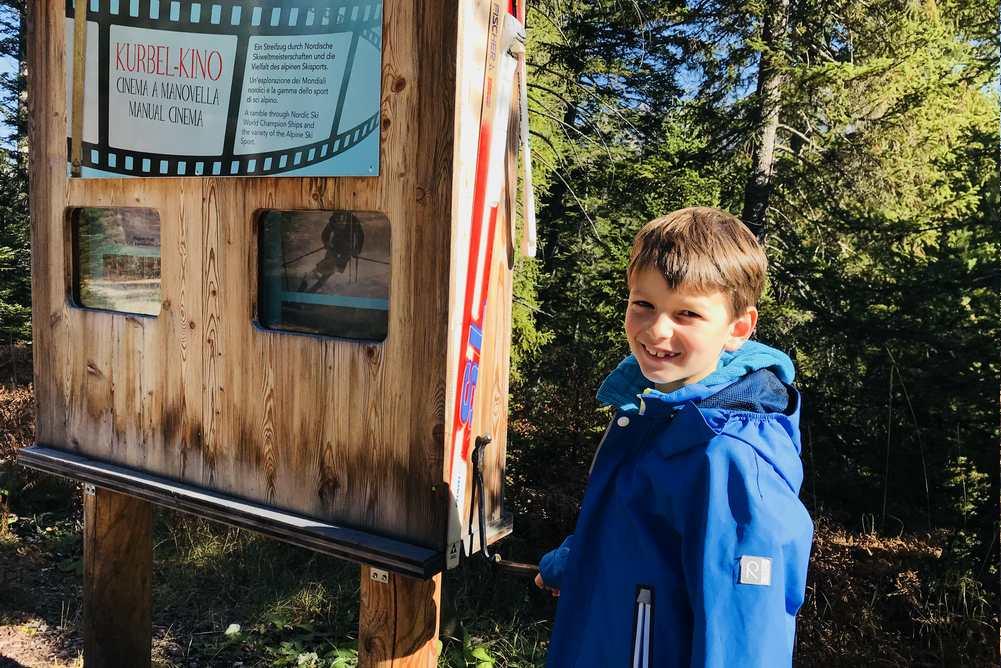 Auf dem Themenweg Seefelder Ski-Spur gefällt unserem Kleinen das Kurbelkino am besten