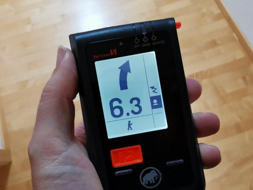 LVS Geräte Test: Das Display beim Barryvox S zeigt dir die Richtung und Entfernung