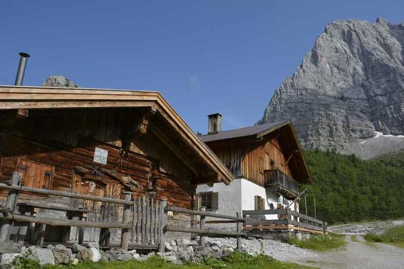 Wir kommen auf der König Ludwig Karwendeltour zu den schönen Almen im Laliderertal